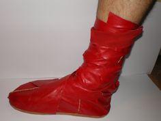 Calcei. Bota de cuero roja de senador. reconstruida a partir e las fuentas clásicas. Roman Armor, Ballet Shoes, Dance Shoes, Bronze, Fashion, Log Projects, Red Leather, Boots, Life
