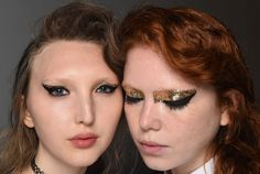 Dorado y negro. Este maquillaje fue inspirado en la versión ochentosa de la cantante Siouxsie Sioux. La makeup artist Aaron de Mey eligió este look para el desfile de la firma Creature of the Wind por el contraste del glitter dorado con el grueso delineado negro. #FashionWeek #LOOKFarmacity #LOOK