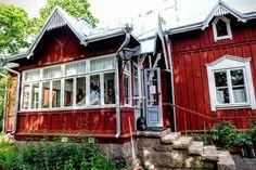 Talomuseo Glims Espoossa! Mikä oivallinen retkikohde mikäli lampaat kanat kahvittelu ja aito maalaismiljöö rakennusryhmineen kiinnostaa. Rakennukset muodostavat kerroksellisen kokonaisuuden ja ne sijaitsevat alkuperäisillä paikoillaan. Kokonaisuuteen kuuluu useita hirsirakennuksia 1700-luvulta 1900-luvun alkupuolelle ja niitä ylläpidetään perinteisin korjausmenetelmin: yksi sai juuri uuden pärekatteen ylleen. Kuvan uusi päärakennus on korjattu näyttely- museokauppa- ja toimistokäyttöön…