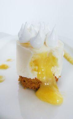 Un cheese cake qui se prenait pour une tarte citron meringuée. A cheese cake who thought he was a lemon meringue pie Köstliche Desserts, Delicious Desserts, Yummy Food, Sweet Recipes, Cake Recipes, Dessert Recipes, Mug Cakes, Cupcake Cakes, Food Plating