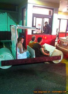 Troncomovil de los picapiedra en la fila de un restaurante de comida rápida