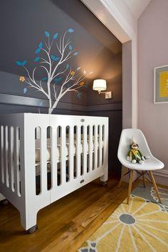 kinderzimmergestaltung farbe schablone baum dachschräge babyzimmer dunkelgraue wandfarbe