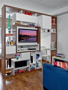 awesome TV area - nicho da tv vira para o quarto e para a sala, mesa de trabalho no cantinho