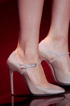Mar 2020 - Elie Saab at Couture Fall 2013 - Details Runway Photos Dream Shoes, Crazy Shoes, Me Too Shoes, Hot Shoes, Shoes Heels, Pumps, Stilettos, Elie Saab Couture, Couture Heels