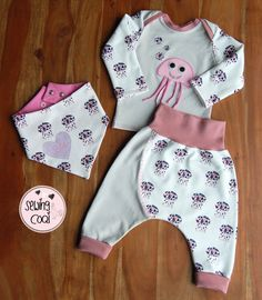 Outfit+Baby+mit+Quallen+in+rosa+und+grau. Baby Set, Baby Outfits, Sewing For Kids, Baby Sewing, Baby Kind, Kids Wear, Kids And Parenting, Kids Fashion, Gym Shorts Womens