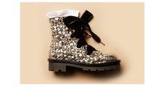 Entièrement constellées de cristaux Swarovski, ces chaussures extraordinaires conjuguent richesse d'ornements et look futuriste, comme tout droit sorties du film Interstellar,