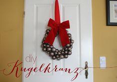 DIY Türkranz aus Weihnachtskugeln  http://www.neuesvongestern.de/2014/12/diy-tuerkranz-aus-weihnachtskugeln/