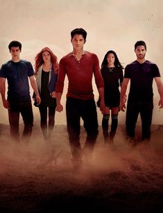 Stiles, Lydia, Scott, Kira et Derek Teen Wolf Boys, Teen Wolf Cast, Cast Images, Wolf Wallpaper, Dramas, Derek Hale, Sterek, Shadow Hunters, Dylan O'brien