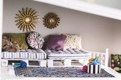 Vanha nukkekoti kunnostettiin maalilla, tapeteilla ja aaltopahvilla. Samalla sinne askarreltiin hauskat uudet nukkekodin kalusteet, kuten eurolava ja aurinkopeili.