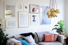 en tavelvägg ovanför soffan.