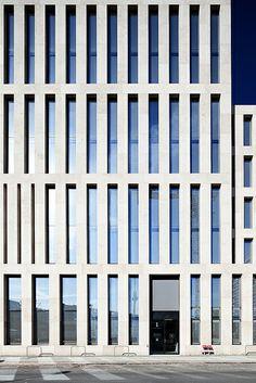 Jacob und Wilhelm Grimm Zentrum / HU Berlin | Flickr - Photo Sharing! Auditorium Architecture, Facade Architecture, Contemporary Architecture, Stone Facade, Stone Cladding, Round Building, Building Facade, Facade Design, Window Design
