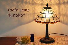 ステンドグラスのテーブルランプきのこです。レトロでカワイイスタンドタイプのインテリアライトです。寝室や書斎、リビングにもおススメの置き型ランプです。