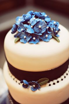 Little blue flowers on top instead of cake topper.