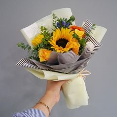 Ideas flowers bouquet sunflower for 2019 Beautiful Bouquet Of Flowers, Amazing Flowers, Beautiful Flowers, Wedding Flowers, Sunflower Arrangements, Floral Arrangements, How To Wrap Flowers, Hand Bouquet, Flower Aesthetic
