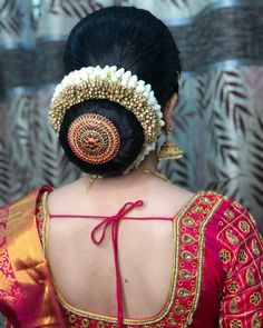 Glam look for my bride harivadhana😍 those sharp eyes, flawless base for her muhurtham. Indian Bun Hairstyles, South Indian Wedding Hairstyles, Bridal Hairstyle Indian Wedding, Saree Hairstyles, Bridal Hair Buns, Diy Wedding Hair, Wedding Bun Hairstyles, Bridal Hairdo, Hairdo Wedding