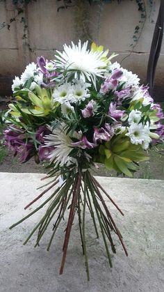 Ramo de flores estilo silvestre, maules, astromelias y proteas