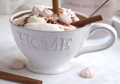 Hot cocoa with vanilla cream Vanilla Cream, Ice Cream, Christmas Inspiration, Yummy Drinks, Cocoa, Cinnamon, Snacks, Mugs, Tableware