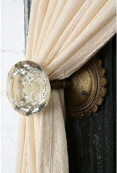 Old door knobs to hold back curtains. Since I can't change every door in our house to have the old door knobs.this would be a perfect do! Curtain Holder, Curtain Ties, Curtain Door, Curtain Tiebacks Ideas, Curtain Tie Backs Diy, Curtain Hangers, Drapery Ideas, Tie Back Curtains, Blackout Curtains