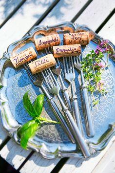 Askartele yrteille nimikyltit Vegetable Garden, Garden Plants, Garden Journal, Easy Projects, Decoration, Easy Diy, Vegetables, Tableware, Garden Ideas