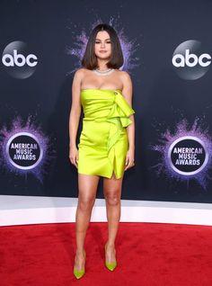 Selena Gomez in Versace attends the 2019 American Music Awards in L. Selena Gomez Fan, Selena Gomez Fashion, Fotos Selena Gomez, Selena Selena, Christina Aguilera, Home Fashion, Fashion Clothes, Fashion Fashion, Fashion Women