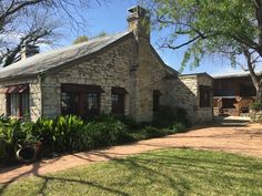 Efforts to ease traffic and make improvements to RM 620 collide with efforts to save one of the first buildings in Round Rock. Stagecoach Inn, French Quarter Restaurants, Round Rock Texas, Texas History, Historic Homes, Old Town, Trail, Buildings, Sweet Home