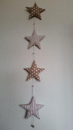 Hier seht Ihr eine Girlande mit 4 Sterne aufgereiht an einem Satinband. Zwischen jedem Stern ist eine Holzperle und am Ende befindet sich ein kleines Glöckchen. In verschiedenen Farben...