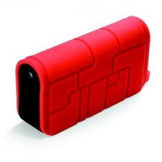 Wyruszaj na spotkanie z przygodą! Ta odporna na wodę, kurz i wstrząsy ładowarka zapewni Ci zapas energii nawet podczas dalekiej podróży. Naładujesz nią telefon lub tablet, a w razie potrzeby użyjesz również jako... latarki!  Produkt w kolorze czerwonym.