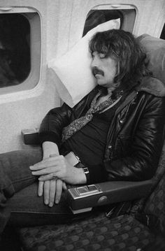 rnurder-one - Keyboard player Jon Lord relaxes on an aeroplane during the band's American tour in November 1974 - Jon Lord, An Aeroplane, Old Rock, Rock Festivals, American Tours, Heavy Metal Music, Black Sabbath, Classic Rock, Rock Music
