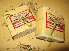 *TIMOTEO*: Olio XV di oliva saponif. (sodium olivate) Olio di cocco saponif. (sodium cocoate) Olio di sesamo saponif. (sodium sesamate) Olio di riso saponif. (sodium ricate) Oleolito di timo Olio ess. di timo rosso Silice (polvere) Fecola di patate  Il Timo, si sa, è imbattibile quando si parla di deodorazione soprattutto dei piedi. Timoteo ne è ricco e la sua leggera texture abrasiva e le sue proprietà antisettiche, mettono alla prova anche i piedini più testardi: a prova di adolescente!