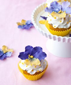 How to make gumpaste pansies (Cake Journal). They look so real.