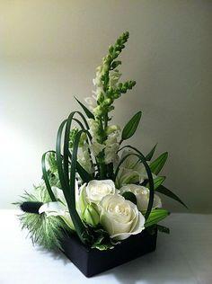 Modern floral design Blomster More Arte Floral, Deco Floral, Ikebana, Unique Flowers, White Flowers, Beautiful Flowers, Gift Flowers, Exotic Flowers, Yellow Roses