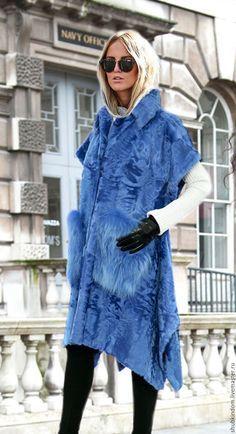 Купить Накидка пончо из цветной каракульчи с меховыми карманами - васильковый, однотонный, каракуль, каракульча