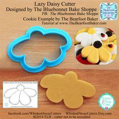 The Lazy Daisy is one of two flowers designed by my very dear friend, Jenn, of The Bluebonnet Bake Shoppe. Jenn's cookies have a wonderful,