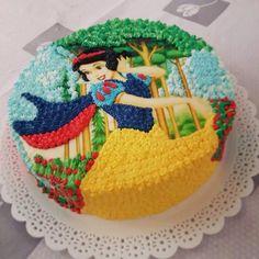 Cake Icing, Buttercream Cake, Cupcake Cakes, Snow White Cake, Origami, Snow White Birthday, Character Cakes, Disney Cakes, Cake Decorating Techniques