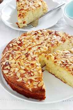 Yogurt cake with apples, almonds, super soft - Delicious variation of the classic yogurt cake with apples, almond powder and flaked almonds. Fruit Cake Design, Chocolate Fruit Cake, Fruit Birthday Cake, Almond Pastry, Cake Recipes, Dessert Recipes, Yogurt Cake, Sweets Cake, Sweet Breakfast