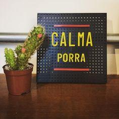 """🌵Brasília na seca, não há """"calma porra"""" que amenize 😂 ⠀ ___________________________ ⠀ ⠀ Quadradim (15x15cm): R$20,00 + frete 📦 ⠀ ⠀⠀ #brasilia #lettering #bsb #seca #cactos #mandacaru #quadradim #quadrinhodepadoca #decoração #designdeinteriores #design ⠀"""
