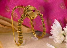 Bajirao Mastani Collection by PNG Vanki Designs Jewellery, Gold Jewellery Design, Gold Ring Designs, Gold Jewelry Simple, Temple Jewellery, Schmuck Design, Jewelry Patterns, Stone Jewelry, Indian Jewelry