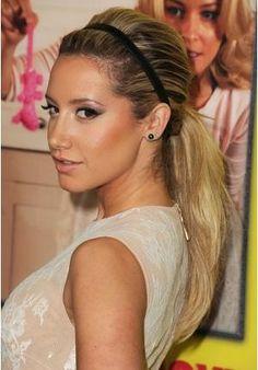 Acessórios ajudam a inovar ainda mais o rabo de cavalo. Ashley Tisdale usou uma tiara que caiu super bem com o penteado http://vilamulher.terra.com.br/rabo-de-cavalo-das-famosas-2-1-12-1008.html foto: Getty/Steve Granitz