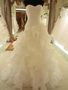 this is very pretty and I like the buffont style wedding dress