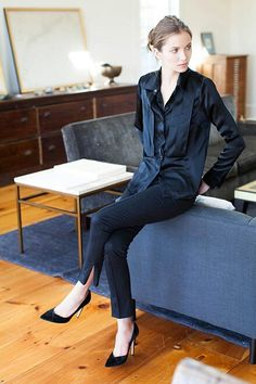 Classic black for fall street style - black skinnies and black pumps - Emerson Fry