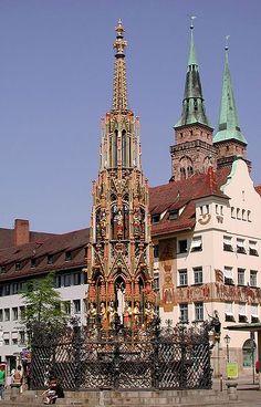 :Nürnberg Schöner Brunnen am hauptmarkt Im Brunnen steckt ein goldener Ring, ihn zu drehen bringt glück