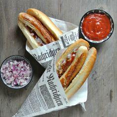 Heute teile ich eines meiner absoluten Lieblingsrezepte mit euch:Bosna. Egal ob als deftiger Snack oder als Hauptspeise am Feuerwehrfest, ich liebe die österreichische Antwort auf den Hot Dog über alles. Was genau in eine richtig gute Bosna gehört, darüber lässt sich streiten(dies könnte also durchaus der erste kontroverse Post auf meinem Blog werden). Ich habe …