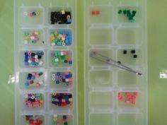 2 bakjes voor ijsblokjes, een pinset en strijkkraaltjes; sorteer de kraaltjes van links naar rechts.....geweldige oefening om de pinsetgreep te oefenen (en geduld) Busy Boxes, Adhd Kids, Skills To Learn, Montessori Materials, Fine Motor Skills, Kids Learning, Kindergarten, Education, Ideas