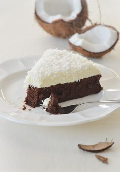 Intensywne, kremowe ciasto czekoladowe, puszysty, delikatny krem z białej czekolady w połączeniu ze smakiem kokosa tworzą idealny deser.
