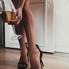 Tanned legs and gorgeous heels 🖤 Classy Aesthetic, Aesthetic Photo, Aesthetic Art, Alexandra Burimova, Kreative Portraits, Foto Pose, Women Legs, Street Style, Photography Poses