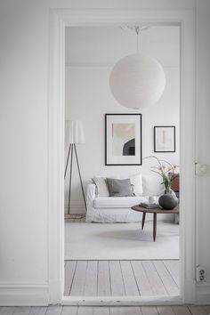 Ever so often there is an all white home sneaking in here in between all the inspirational posts with muted, grey and beige color palettes and I think it always looks so fresh and vibrant. True, an all white home … Continue reading → Minimalist House Design, Minimalist Home, Living Room Inspiration, Interior Inspiration, Home Decor Items, Cheap Home Decor, Living Room Interior, Living Room Decor, White Apartment