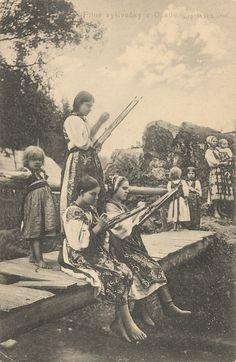 Pavol Socháň - Pilné vyšívačky v Osade. Liptovská stolica Folk Costume, Costumes, Heart Of Europe, Traditional Outfits, Westerns, Nostalgia, Culture, History, Retro