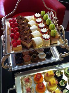 Plateau sucré Mini Desserts, Gourmet Desserts, Delicious Desserts, Dessert Recipes, Yummy Food, Cupcakes, Cupcake Cakes, Cake Business, Beautiful Desserts