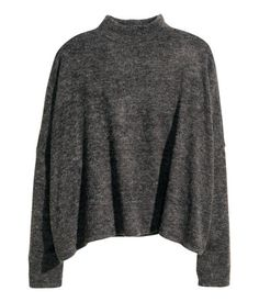 Wide fine-knit jumper in soft yarn with a turtle neck, dropped shoulders and long sleeves.