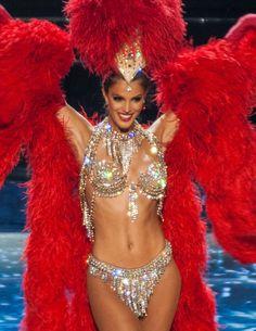 Iris Mittenaere (Miss France 2016) dans un costume ultra sexy de danseuse du Moulin Rouge lors de l'